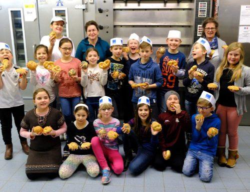 Kommunionkinder beim Brotbacken
