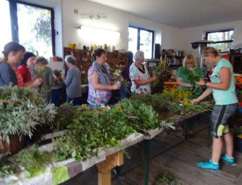 Zangberger Frauen banden Kräuterbuschen