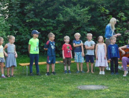 Schulanfänger der Kita St. Michael Schönberg mit T-Shirts ausgestattet