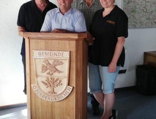 Neues Rednerpult für Oberbergkirchens Bürgermeister