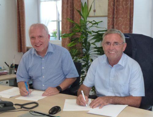 Gemeinde Oberbergkirchen unterzeichnet Breitbandausbauvertrag mit M-net