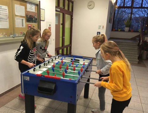 Zangberger Kinderförderverein spendete Kickerkasten für Schulhaus