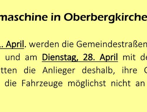 Straßenkehrmaschine ist in Oberbergkirchen unterwegs