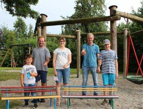 Ferienprogramm der VG Oberbergkirchen schuf bunte Bänke für Zangberg