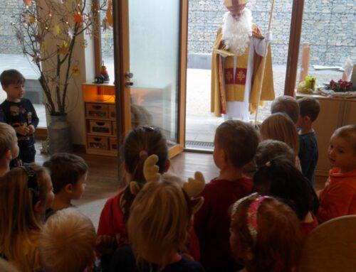 Nikolaus besuchte Haus der Kinder in Oberbergkirchen