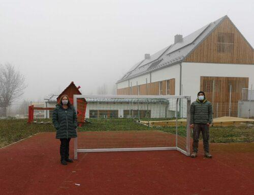 Grundschule Oberbergkirchen erhielt neues Fußballtor für den Hartplatz