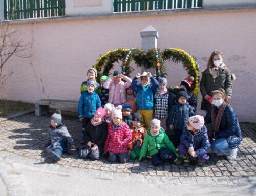 Kita-Kinder aus Zangberg verschönerten Osterbrunnen