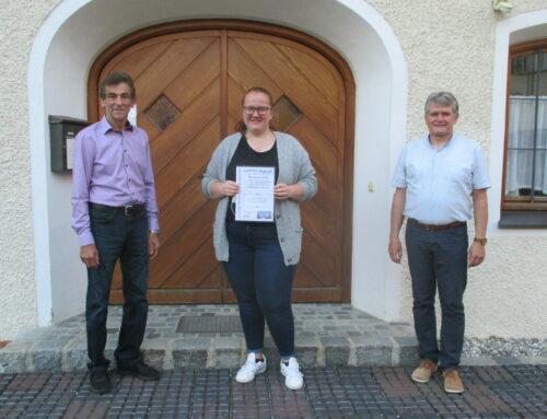 Gemeinde Lohkirchen ehrte Schülerin für ausgezeichnete Leistung